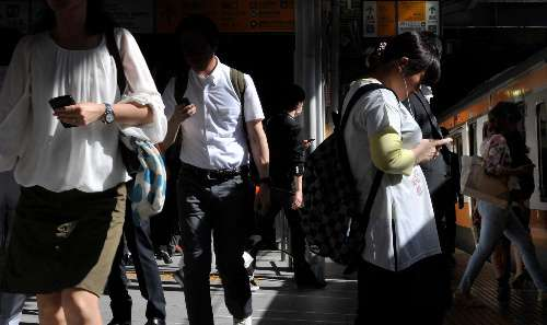 中国に「歩きスマホ」専用歩道が出現www携帯禁止レーンと2分割