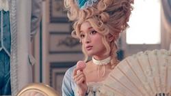 ローラ:アントワネットに 貴族風衣装をCMで披露 - 毎日キレイ
