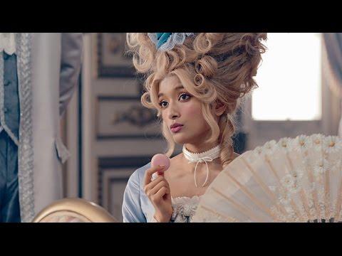 ローラがローラ・アントワネットに!貴族風衣装を披露 「GU」新CM5種類公開! - YouTube