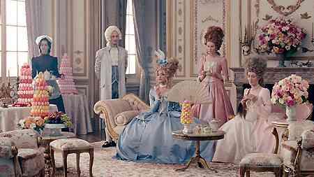 ローラがマリー・アントワネットに 貴族風衣装をCMで披露