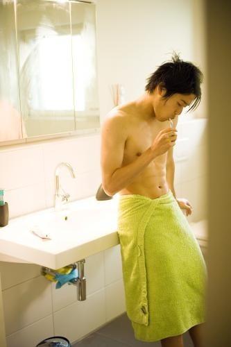 サッカー内田篤人選手、「anan」で上半身ヌードの肉体美を披露!自身の結婚についても…