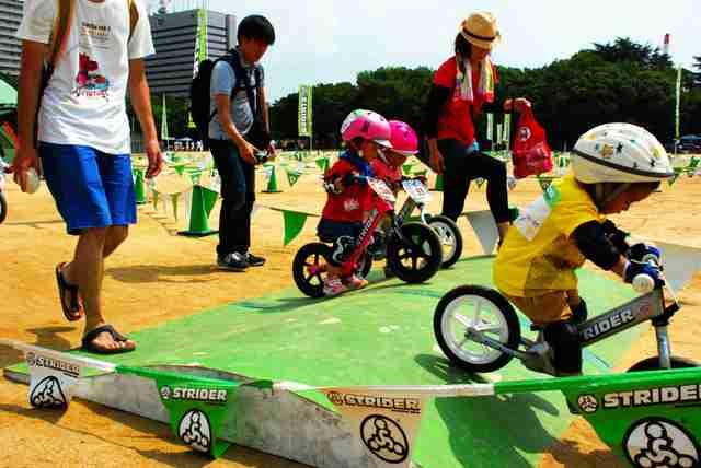 幼児のレースに保護者が夢中、ブレーキもなく、坂道で重傷も…「止まらない」人気と危険性、幼児向けペダルなし二輪遊具