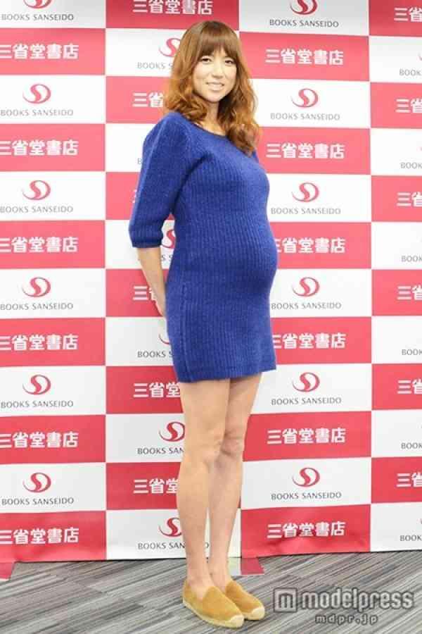 妊娠8ヶ月のhitomi、ふっくらお腹で美脚披露 スタイルキープや美容を語る - モデルプレス