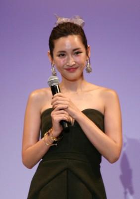 紗栄子「好きな人の前では最終的に(隠すものが)全部なくなるので…」肩出しミニスカワンピース姿で大胆発言!