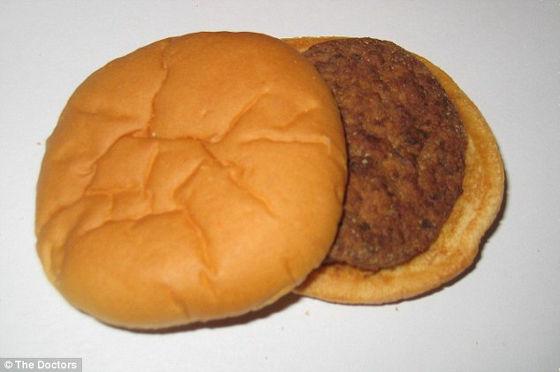 【閲覧注意】マクドナルド、バーガーキングなど、全米ファーストフード7社のハンバーガーをビンに入れて30日間放置→こんなにも違いが?!