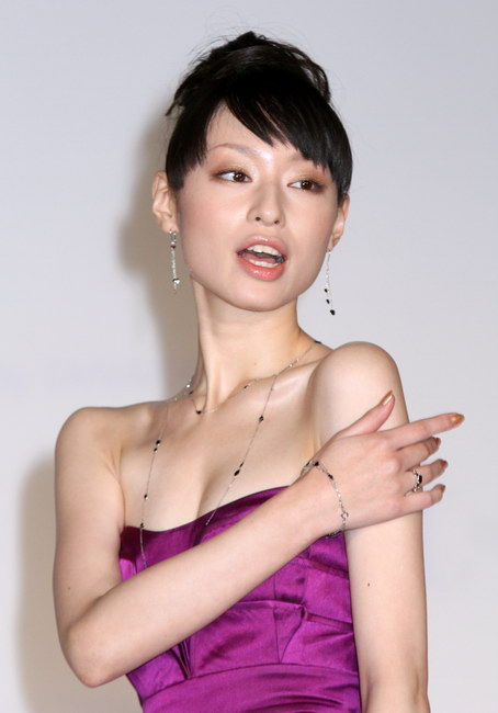 栗山千明 30歳写真集で胸元あらわ「まだ子供のような私ですが」