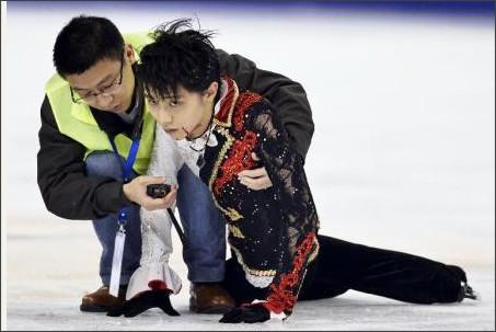 羽生結弦選手が公式練習で中国選手と激突し転倒…リンクに倒れこみ大流血