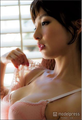 篠田麻里子、SEXYランジェリー姿を披露…抜群ボディを惜しみなくアピール