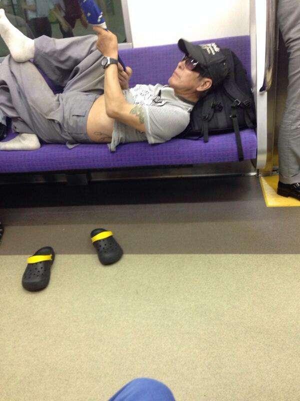 【迷惑】電車の優先席で高齢男性がナンパを始める→怒鳴られて席に戻ったが傘を振り回して暴れる