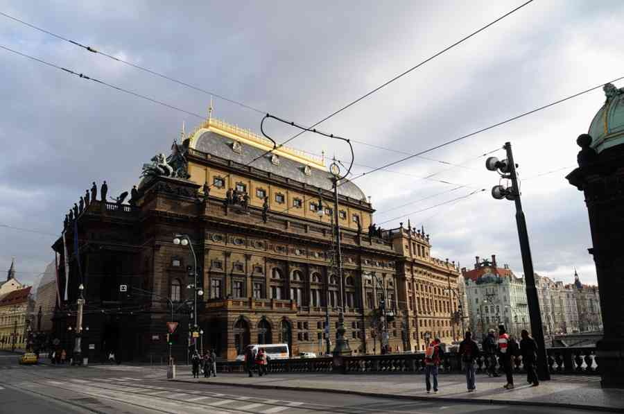 チェコ・プラハで日本人逮捕 歴史遺産の国民劇場にスプレーで落書き