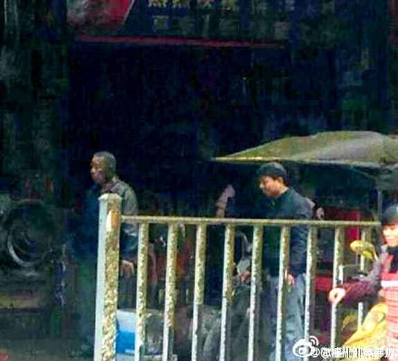 【閲覧微注意】中国の商店街でバキュームカー爆発…黄金の雨が容赦なく降り注ぐ