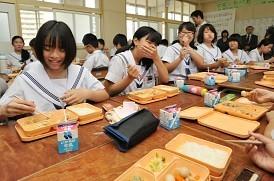 大阪市の学校給食:おかず冷たい 食べ残し7割 - 毎日新聞