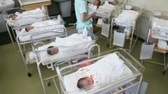出生率2年連続上昇 13年1.43、出生数は最少102万人  :日本経済新聞