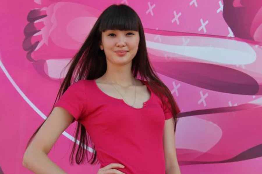 ピンクのワンピースを着ているサビーナ・アルシンベコバのかわいい画像