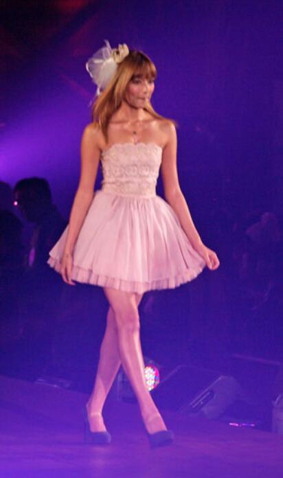 ローラ、SEXYドレスで美脚&美背中あらわ…流暢な英語を披露