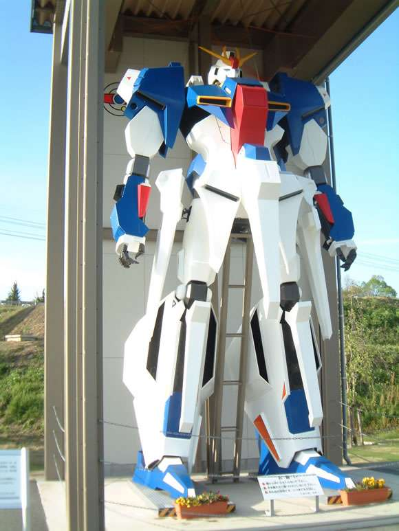 フィリピンに建てられた等身大ガンダム像が細すぎると話題にww