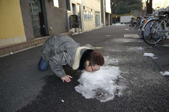 東京に大雪が降ったので「せっかくだから雪にシロップをかけて食べてみた」 | ロケットニュース24