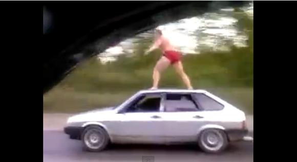 クルマの屋根の上に乗る男が激撮され話題 /運転席はどう見ても無人