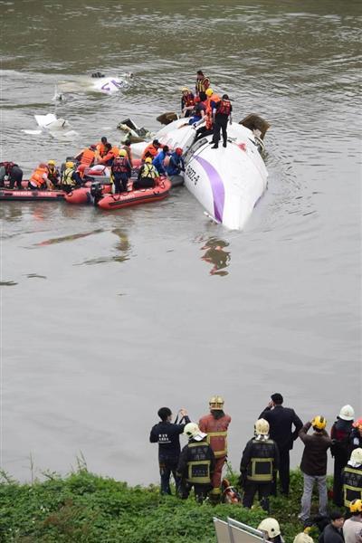 「信じられない」高速道を横切る機体、思わず絶叫した走行中の女性…台湾機墜落事故 - 産経ニュース