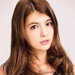 モデル・マギーが13個の愛用化粧品を大公開!