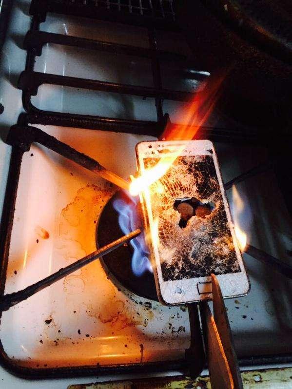 クリスマスイブに彼氏と元カノのやり取りを発見した女性→彼氏のスマホをコンロで燃やす