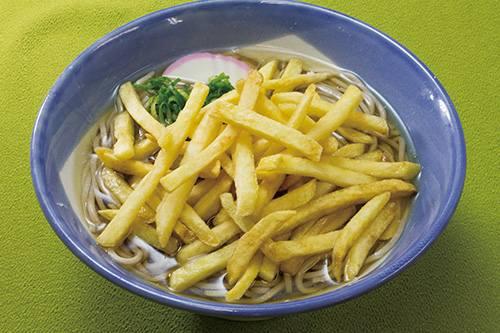 """衝撃の""""フライドポテトそば""""、ポテトの塩味と油で新たな味わいの出汁に。   Narinari.com"""