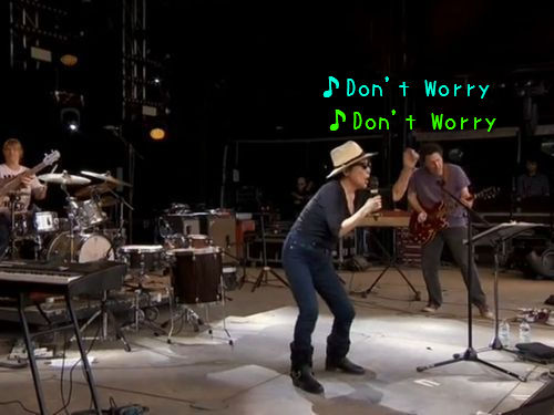 オノ・ヨーコさんがイギリスのロックフェスで熱唱するも…「あまりにひどい」と残念な反応が続出
