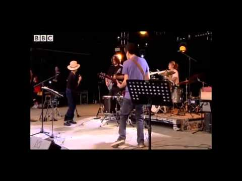 【地上最低のライブ】オノヨーコのライブが、酷すぎと話題 - YouTube