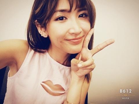 ピースサインをする紗栄子。