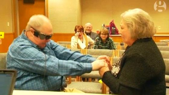 盲目の男が結婚10年目にして「初めて」妻の顔を見ることに