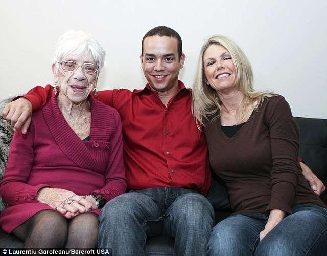 31歳の男性が91歳のガールフレンドを家に連れて行き51歳の母親に紹介