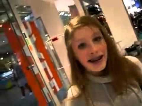 ヘリウムガスを大量に吸った女の子がぶっ倒れる - YouTube