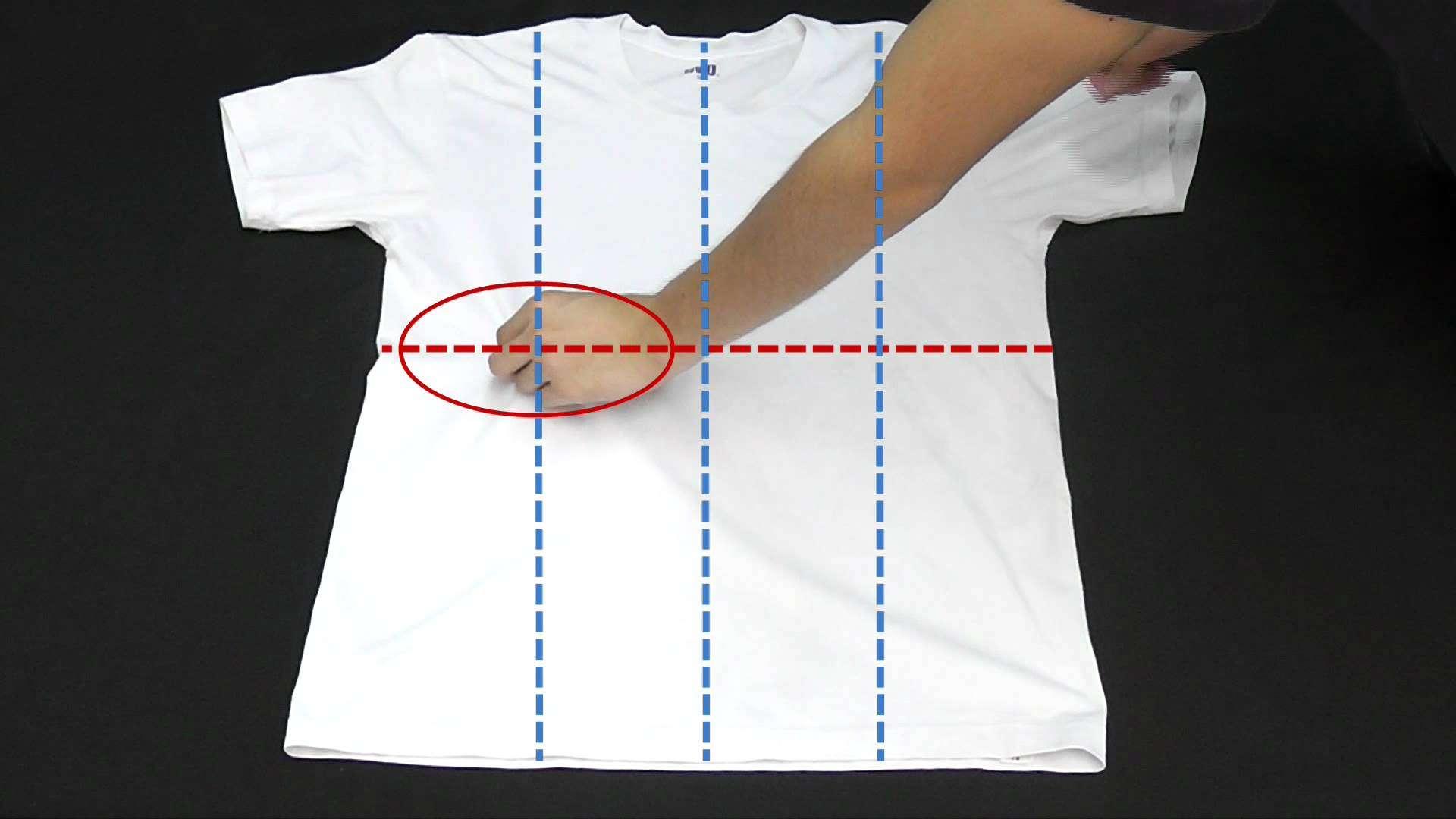 Tシャツを一瞬でたたむ方法 - YouTube