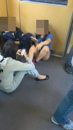 ヤバッやってた! 冷たい視線集中「電車内の悪目立ち女子」5選