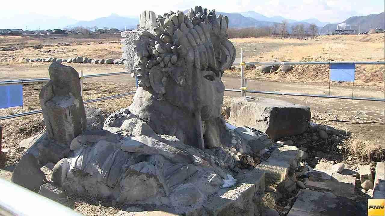 千曲川の河川敷に巨大石像が出現、住民たちから不安の声 長野(15/02/11) - YouTube