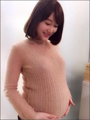 妊娠9カ月の安めぐみ、出産備えヘア15センチバッサリ!「十何年ぶり」