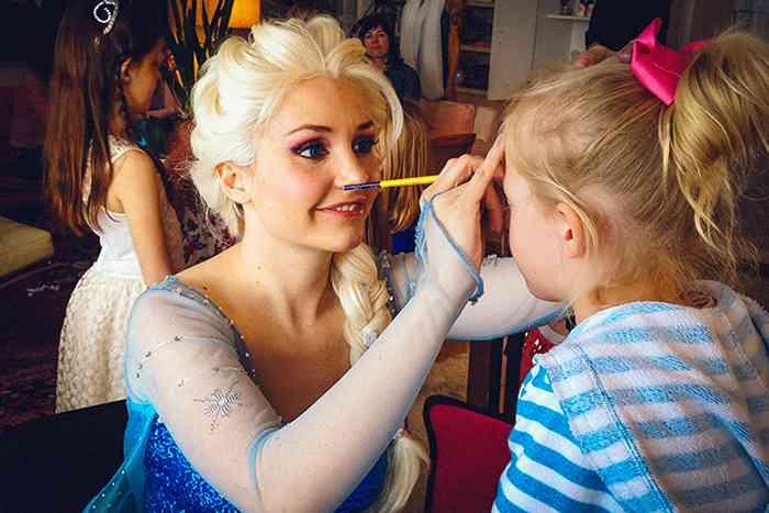 5歳娘のパーティに「アナ雪エルサ」を呼んだ結果、会場が凍りつく大惨事!母親大激怒
