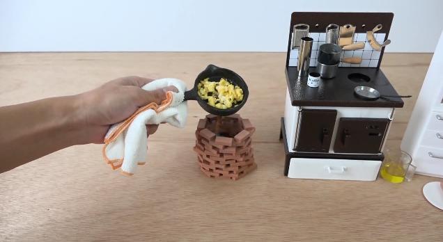 本当に食べられるミニチュアクッキング動画が国内外で話題に! ミニサイズのフライパン&お鍋で朝食を作るよ♪ | Pouch[ポーチ]