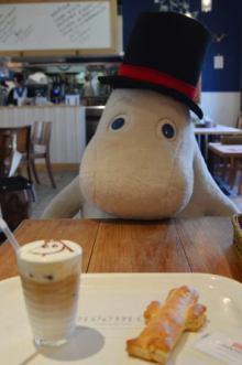 「ムーミンカフェ」がぼっち客に神対応!向かいの席にムーミンのぬいぐるみ