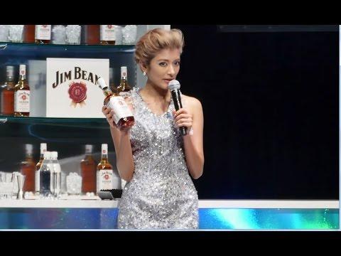 ローラが日本語封印 流暢な英会話披露 サントリースピリッツ「ジムビーム」戦略発表会 - YouTube