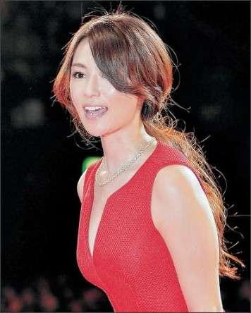 深田恭子、超セクシー! 赤いドレス姿で映画の完成披露試写会に登場