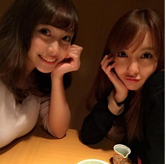 板野友美と佐野ひなこが