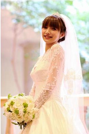 辻希美、後藤真希の結婚式に白ドレス+ピンクファーで参列し物議