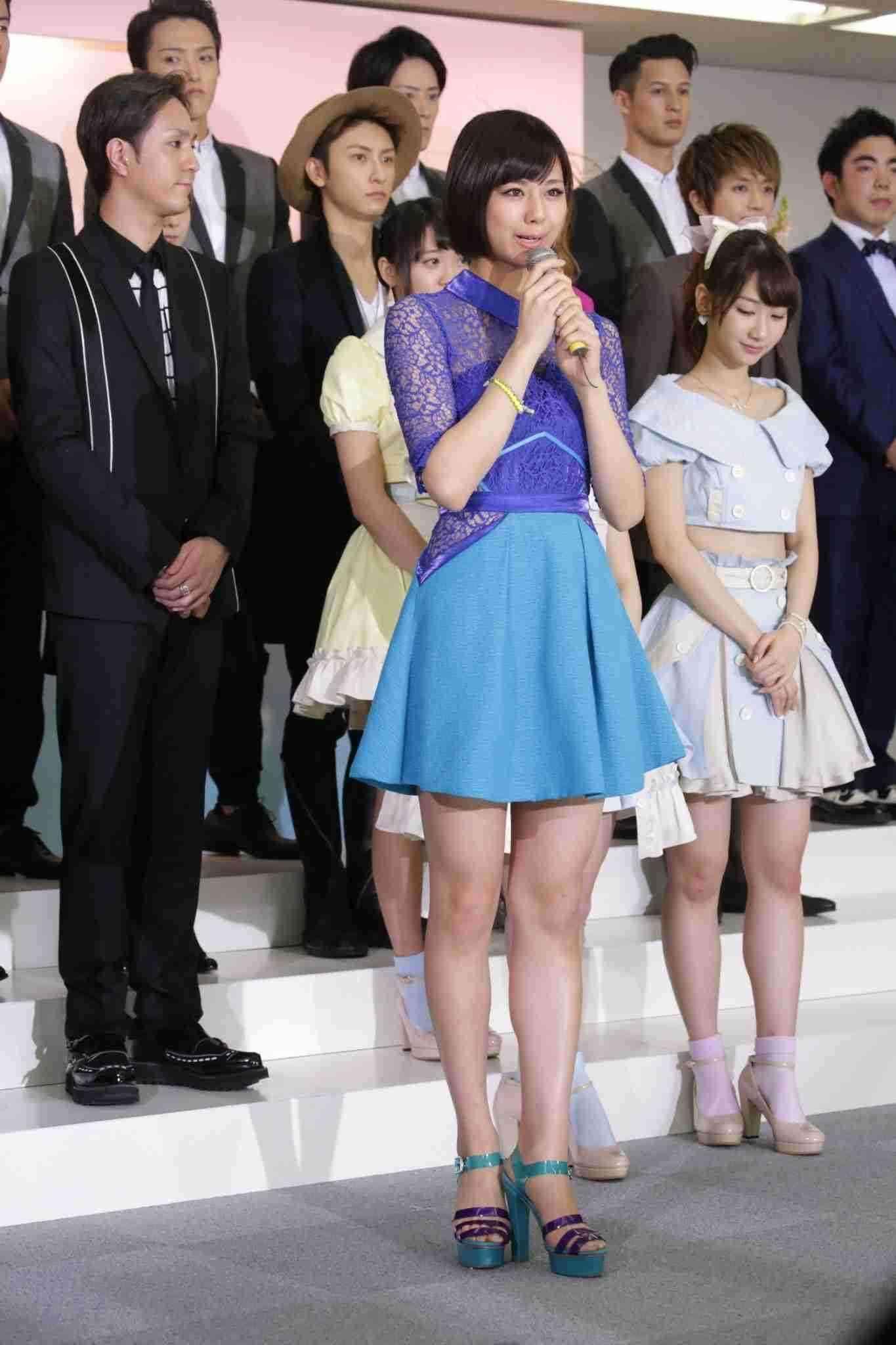 AKB48柏木由紀がくびれ写真を披露し「ジーンズの上にのっかるお肉」を嘆く