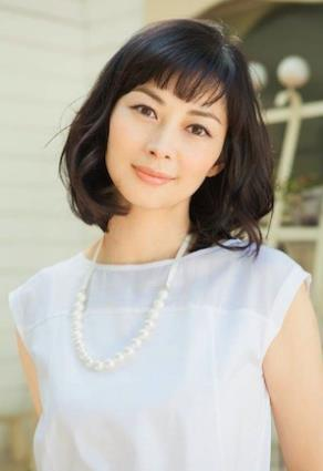 伊東美咲、700万円高級外車で…愛娘の幼稚園は「月謝18万円」
