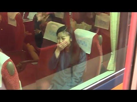 佳子さま、必死な皇室ファンのお見送りに吹き出す 奈良,神武天皇陵参拝後の電車移動 2015.3 - YouTube