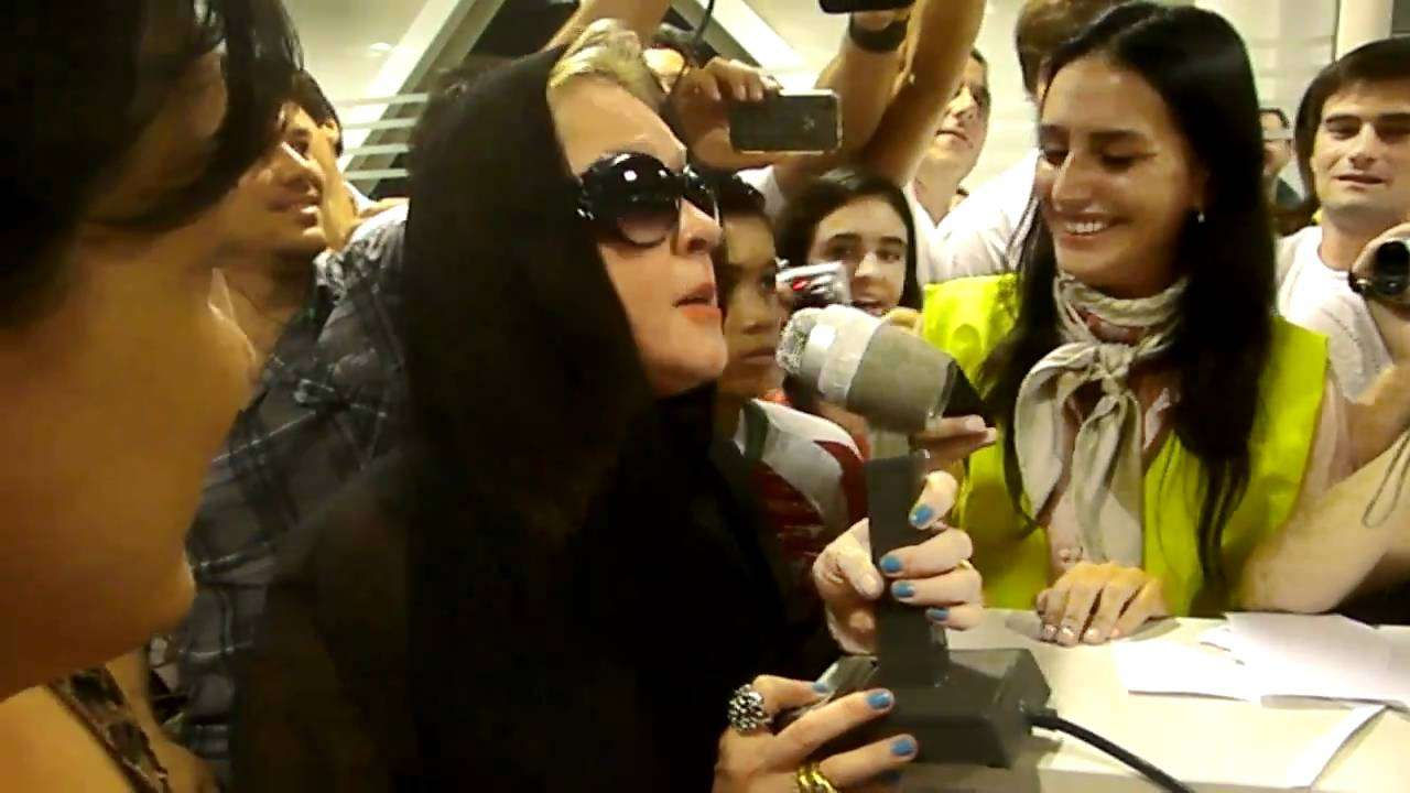 Cyndi Lauper canta en aeroparque / performs at buenos aires airport - YouTube