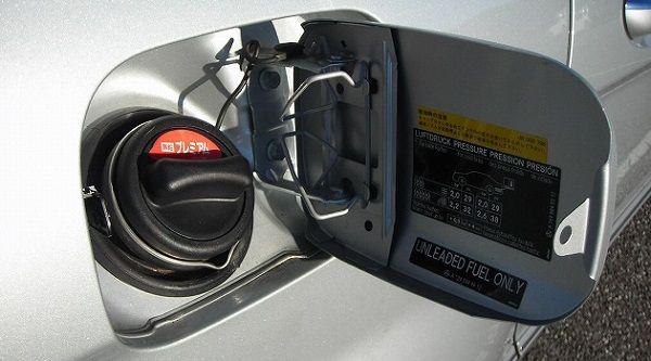 くまニュース : ガソリンスタンドで給油口の開け方がわからず失敗したコピペの漫画がネット上で反響