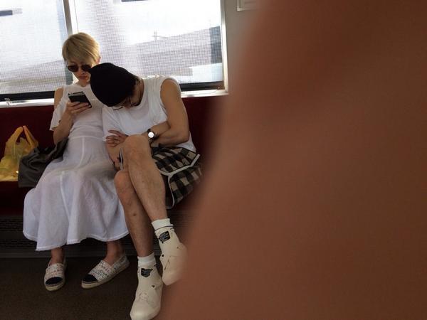 電車に乗ってる小栗旬と山田優が盗撮される