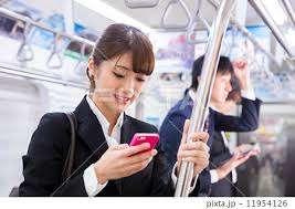 電車で隣の人のスマホ画面、気になりますか?